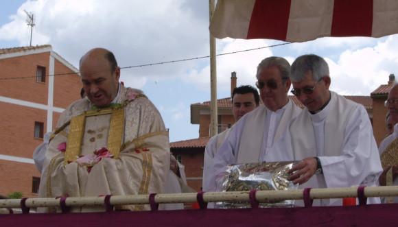 El Arzobispo de Zaragoza, Manuel Ureña, muestra el paño de los Corporales