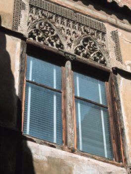 Ventanas ajimezadas con yeserías gótico-mudejares. Palacio de los Luna.